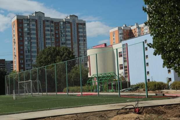 В Северном и Южном Медведкове работы по обустройству межшкольных стадионов идут по графику