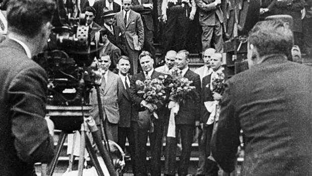 Советские летчики Александр Беляков, Валерий Чкалов и Георгий Байдуков, совершившие беспосадочный перелет Москва – Северный полюс – США, фотографируются в Ванкувере. 20 июня 1937 года