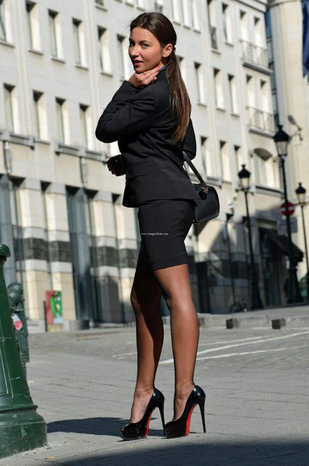 Девушка в туфлях на шпильке с открытым носом. /Фото: x.imagefapusercontent.com