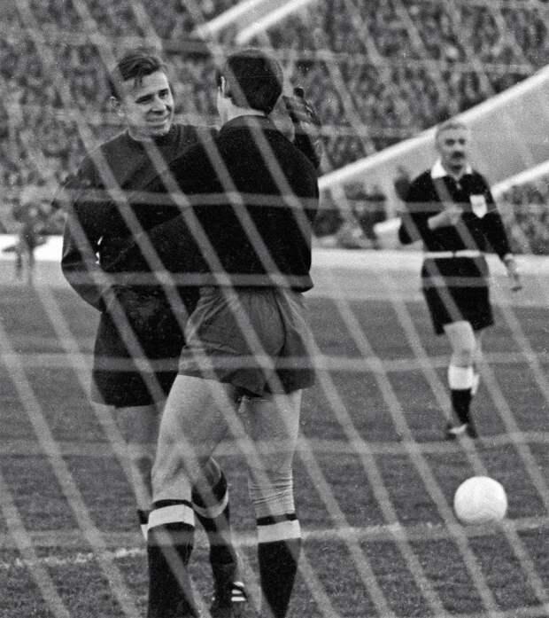 Мировые звезды приехали в СССР, чтобы завершить его карьеру. 50 лет прощальной игре Яшина