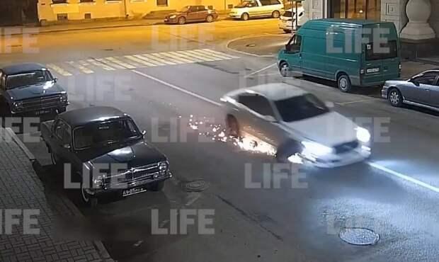 Водитель Infinity протаранил две машины, а потом устроил искромётную езду на трёх колёсах — видео
