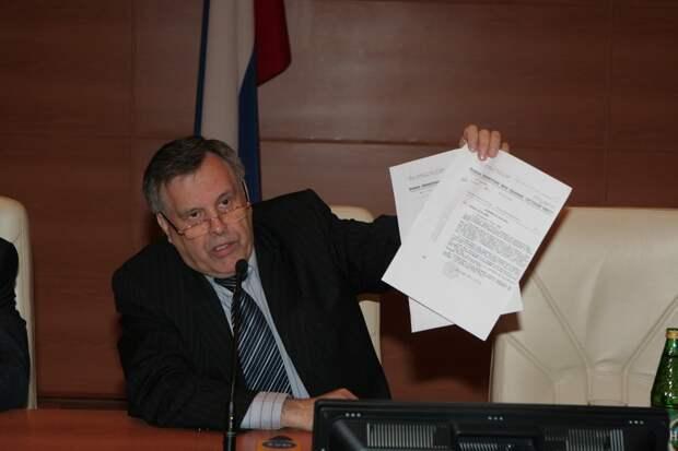 """В. Илюхин с доказательствами фальсификации """"катынского дела"""". Фото из открытых источников."""