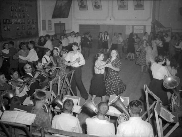 Колхоз «Здобуток Жовтня». Танцы в сельском клубе. 1949 год