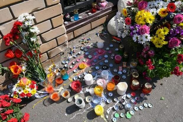 Жители Казани третьи сутки несут цветы и игрушки к школе, где была открыта стрельба