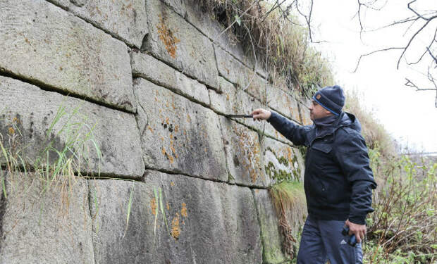 Стена в глухой тайне: каменный вал встал посреди леса