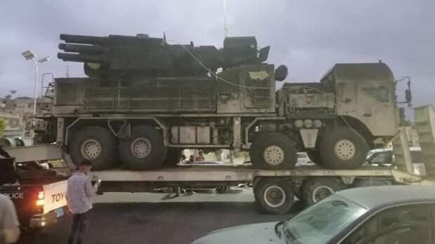 По улицам Триполи провезли захваченный российский «Панцирь-С1»