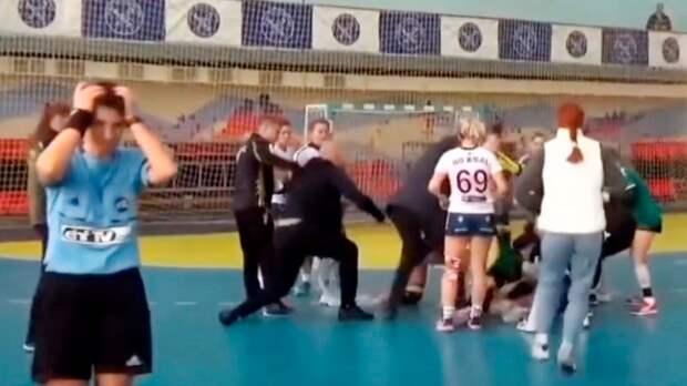 Украинские гандболистки устроили массовую драку прямо на площадке: видео