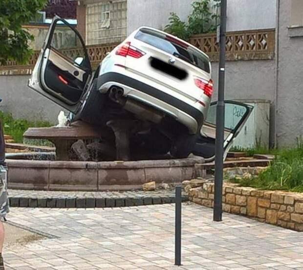 Внедорожник BMW заехал в фонтан
