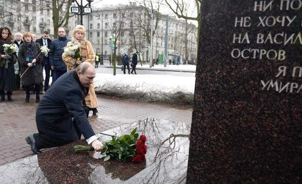Президент РФ почтил память первого мэра Петербурга на Васильевском острове
