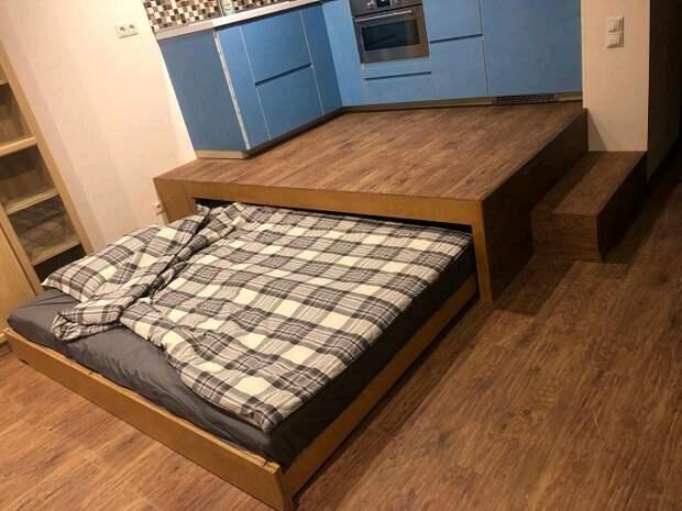 Полноценная кровать, выдвинутая из подиума. / Фото: livemaster.ru