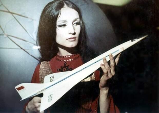 София Ротару с моделью самолета Ту–144, 1975 год, СССР