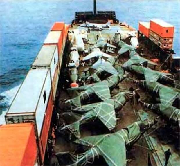 Укутанные в брезент «Харриеры» и «Си Харриеры» стоят на палубе корабля «Атлантик Конвейер».