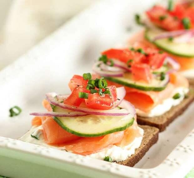 Такие маленькие бутерброды идеально подойду для торжества.