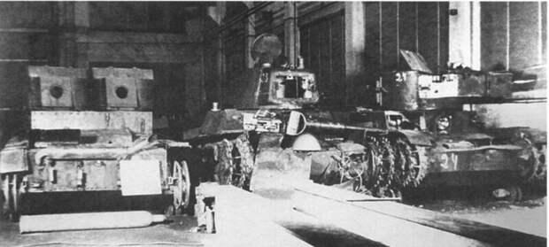 На фото – трофейные Т-26 разных годов выпуска на заводе в Варкаусе, 1940 год военная техника, военное, история, много букв, танки, танки СССР, техника, факты