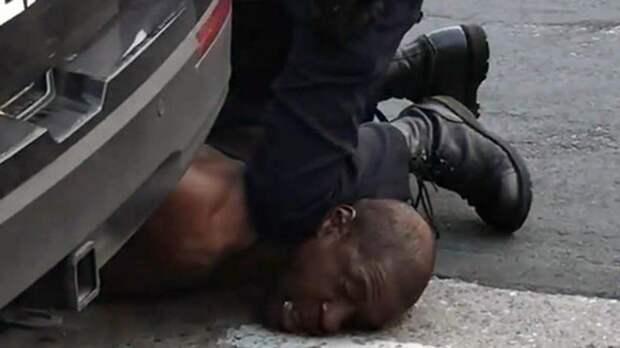 Экс-полицейского признали виновным по делу об убийстве Флойда