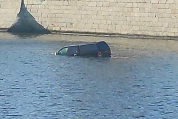 Внедорожник упал в Москву-реку в центре столицы