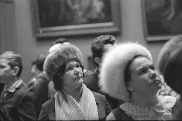 Почему русские женщины неснимали шапку впомещении?