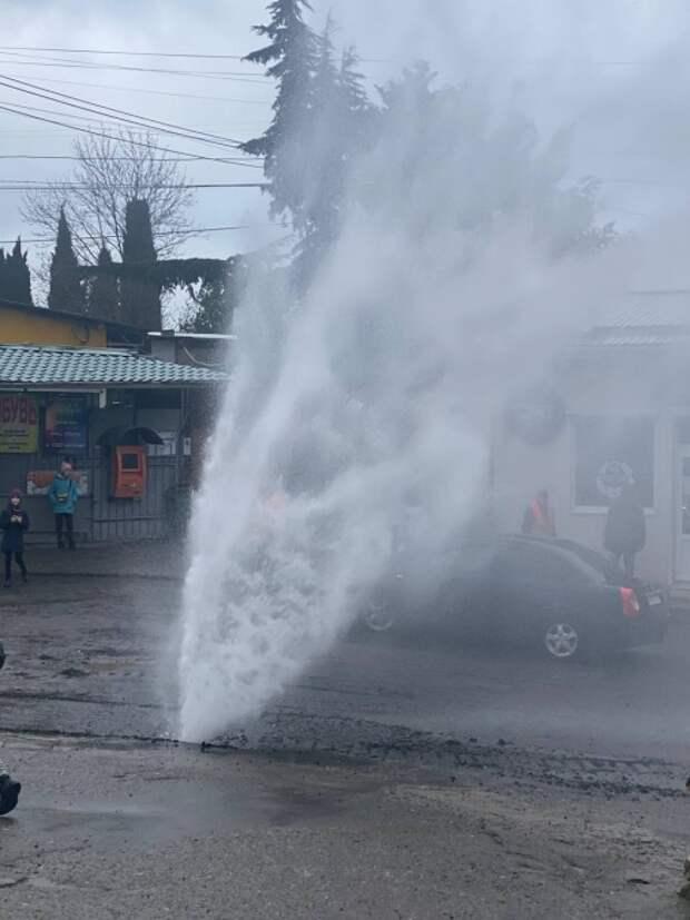 Дорожники устроили фонтан из пресной воды в обезвоженной Ялте