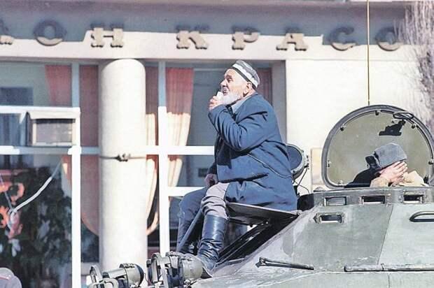 Представитель националистов на танке.