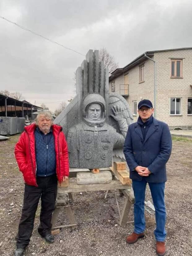 «Во дворе дети из песка лучше ваяют»: в сети не все позитивно оценили памятник первому украинскому космонавту, ставшему депутатом