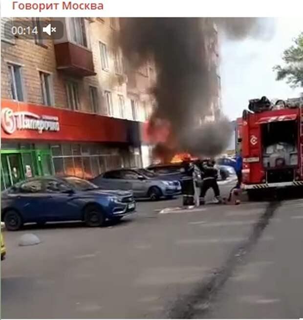 На Дмитровском шоссе загорелись две припаркованные машины