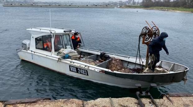 ФСБ задержала в море у Крыма судно с украинскими браконьерами