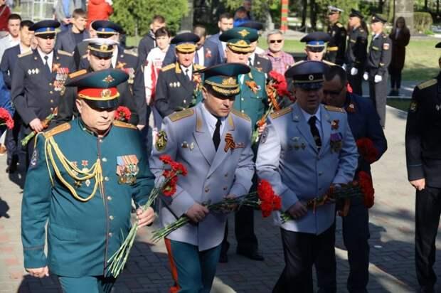 Крымские спасатели возложили цветы в память о погибших в Великой Отечественной войне солдатах