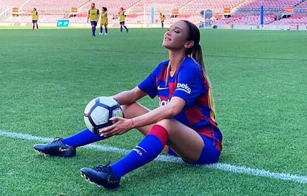 Бузова сыграла вфутбол настадионе «Барселоны», сдержав обещание