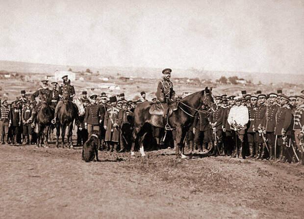 Император Александр ІІ с гвардейцами у Плевны. 1877 год