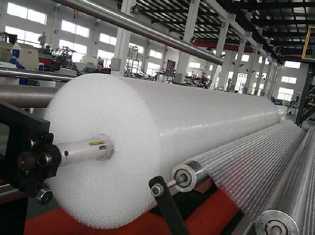 Воздушно-пузырчатая пленка производилась в больших количествах на специальном оборудовании / Фото: plastic-machines.ru