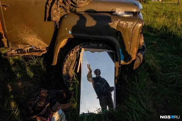Под флагом СССР из Магадана в Донецк: 70-летний дядя Толя бросил дом, взял семерых собак и уже год едет через всю страну