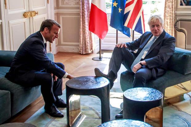 Не британские манеры: Джонсон положил ногу на стол перед Макроном