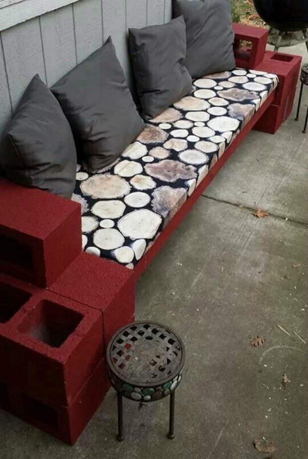 Мягкая скамья из шлакоблоков. | Фото: Pinterest.
