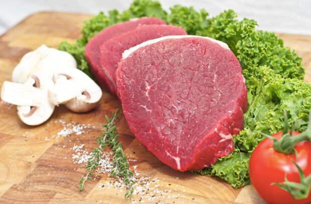 Режем тонко мясо из морозилки и превращаем в закуску: вялим в обычной духовке
