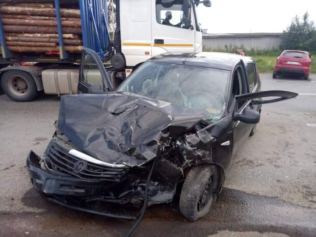 Шесть человек пострадали в аварии с двумя легковушками на трассе в Удмуртии