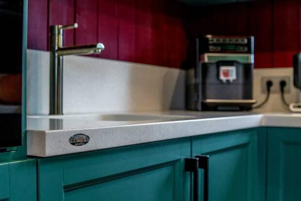 9 способов сделать стык столешницы и фартука на кухне: с плинтусом и без