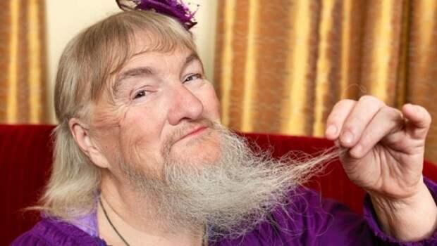 Девушки бреются бритвенным станком и показывают потом, какая борода у них выросла