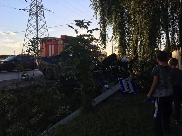 Уходя от столкновения водитель снёс мачту освещения в Твери