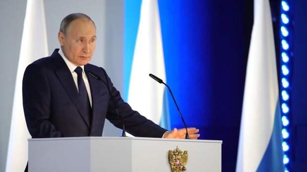 Президент России поприветствовал ветеранов перед парадом в Москве