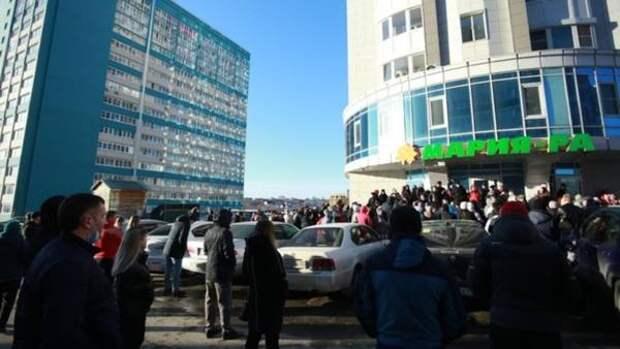 """Более 100 жильцов собрались, чтобы помещать будущему ЖК на """"парковке"""" в Барнауле"""