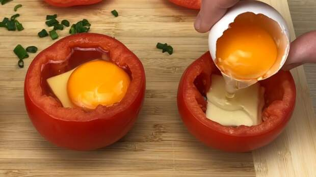 Соедините половинки помидор с яйцом и отправьте на противень. Через 20 минут наслаждайтесь результатом