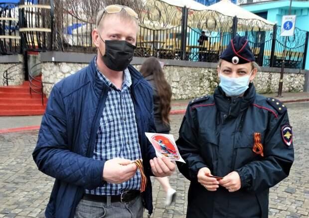 В Керчи сотрудники полиции присоединились к акции «Георгиевская ленточка»
