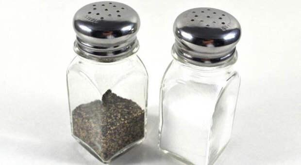 Передавать соль и перец отдельно.