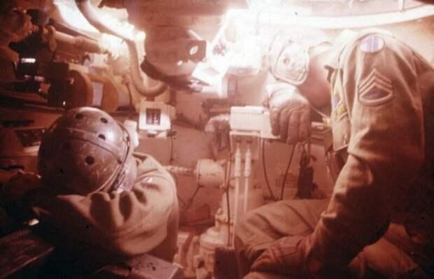 Американские танкисты, укрываются от вспышки, находясь в 5 км от эпицентра ядерного взрыва мощностью 29 килотонн. 5 мая 1955 года
