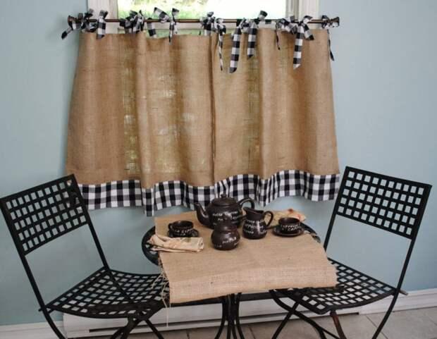 Грубая мешковина в качестве модных и уютных штор