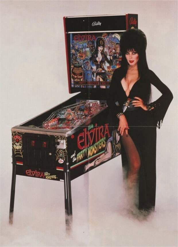 Эльвира (Кассандра Петерсон) у игрового автомата, 1980-е