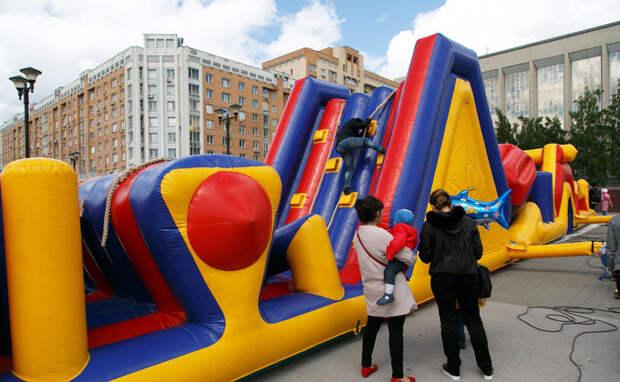 Нелегальные надувные батуты заполонили Новосибирск