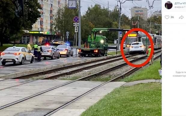 Лобовая «атака» такси на трамвай шокировала жителей Северного Тушина