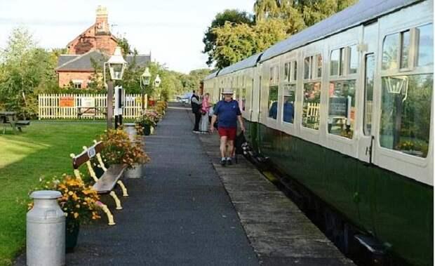 Территория гостевого дома напоминает перрон железнодорожного вокзала («Станция отдыха»).