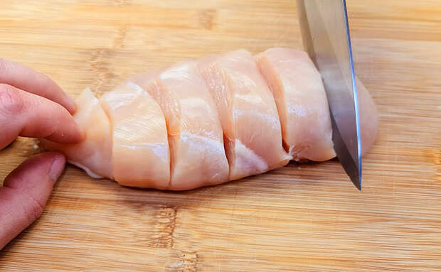 Берем 2 куриные грудки и фаршируем как рыбу. Сока внутри теперь столько, что он вытекает от нажатия